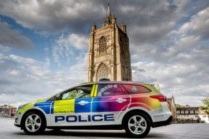 """La polizia del Regno Unito lancia la """"volante arcobaleno"""""""